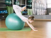 pequena-nina-haciendo-ejercicios-ejercicio-pelota-gimnasio_23-2148185956